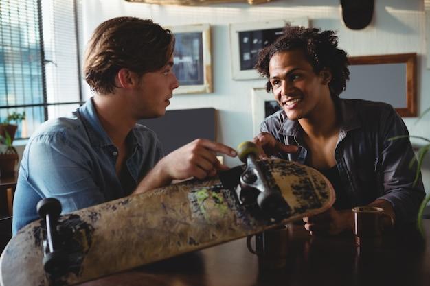 Znajomi wchodzący w interakcje przy kawie