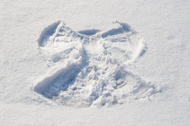 Znak anioła na śniegu