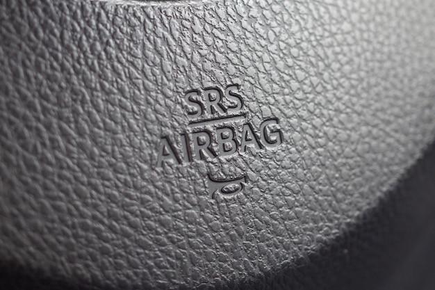 Znak bezpieczeństwa poduszki powietrznej na kierownicy samochodu z ikoną klaksonu