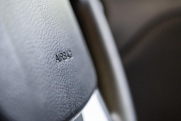 Znak bezpieczeństwa poduszki powietrznej na kierownicy samochodu