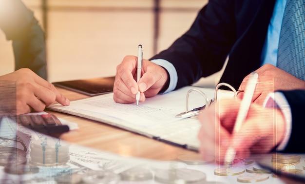 Znak biznesowy kontakt i praca zespołowa dla osiągnięcia kpi i celu
