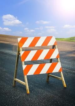 Znak budowy strzeż się samochodu na drodze w budowie.