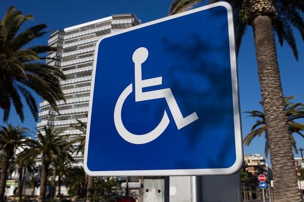 Znak dla niepełnosprawnych parking z bliska. jasny, słoneczny dzień.
