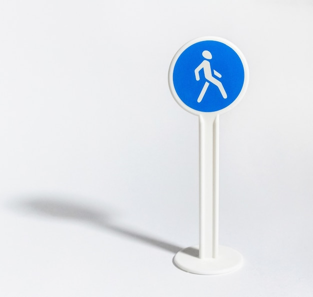 Znak drogowy dla pieszych na białym tle