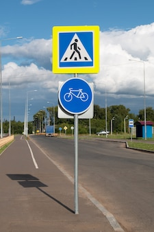 Znak drogowy dla przejścia dla pieszych i ścieżki rowerowej