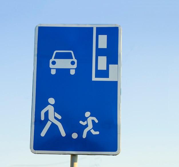 Znak drogowy informacji na błękitne niebo