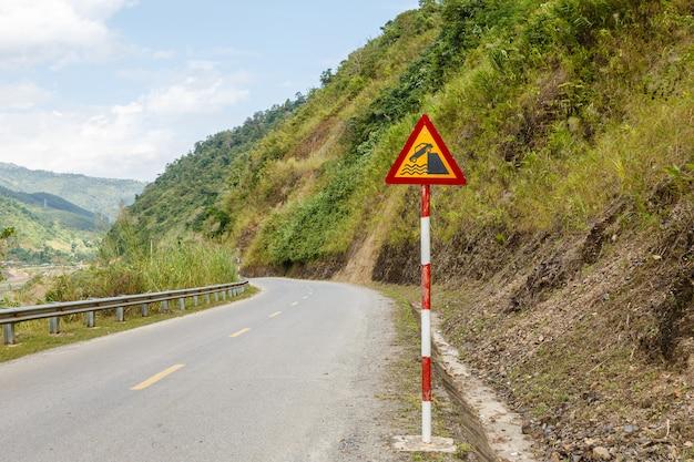 Znak drogowy na górskiej drodze, wietnam