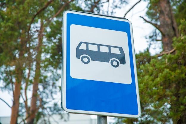 Znak drogowy na niebiesko na ulicy miasta. przystanek autobusowy