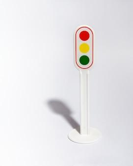 Znak drogowy na światłach na białym tle
