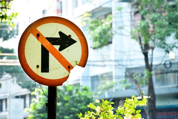 Znak drogowy nie skręca w prawo w mieście