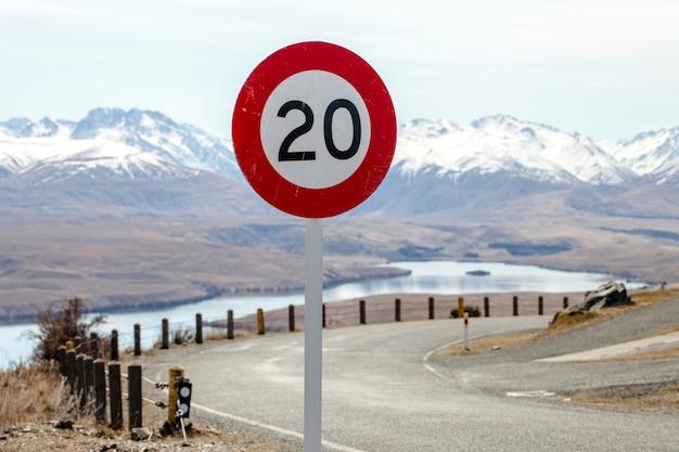 Znak drogowy ograniczenia prędkości do 20 km / h