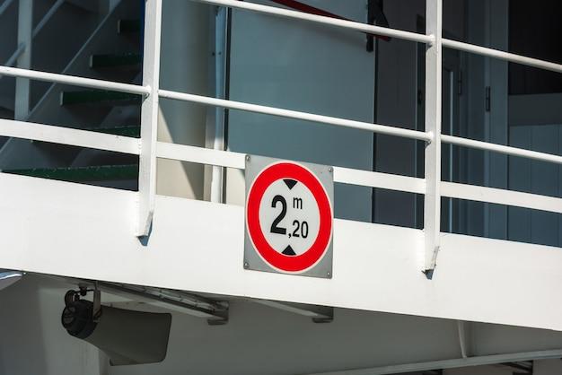 Znak drogowy ograniczenia wysokości przy wejściu do promu