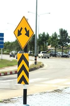 Znak drogowy pokazuje dwie strzałki
