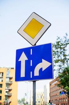 Znak drogowy priorytet na ulicy miasta