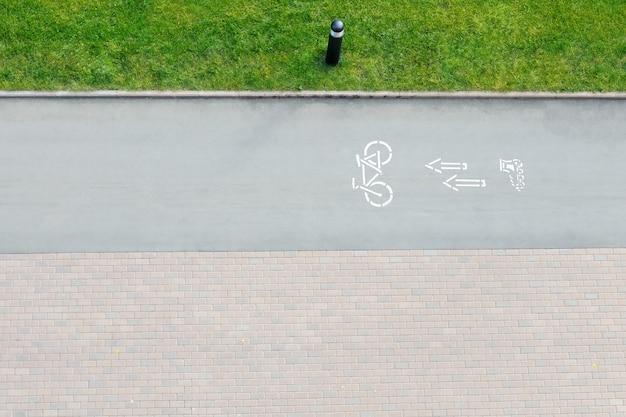 Znak drogowy rowerów i strzałki na zewnątrz
