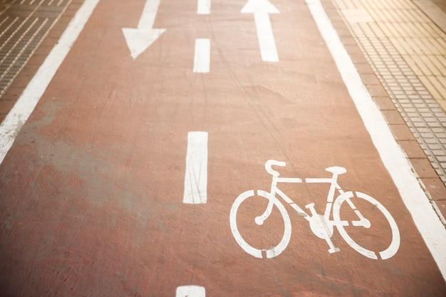 Znak drogowy rowerów na drodze