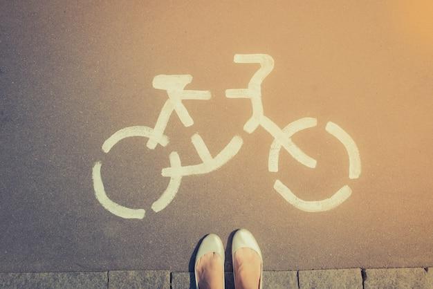 Znak drogowy rowerów na ulicy asfaltowej