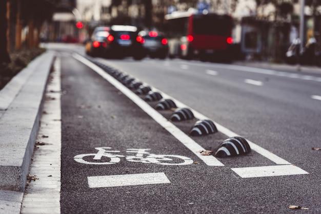 Znak drogowy rowerów na ulicy