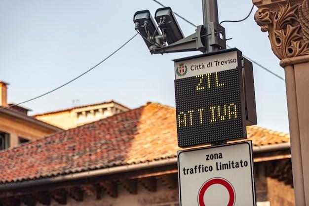 Znak drogowy strefy ograniczonego ruchu we włoszech dla zabytkowego centrum