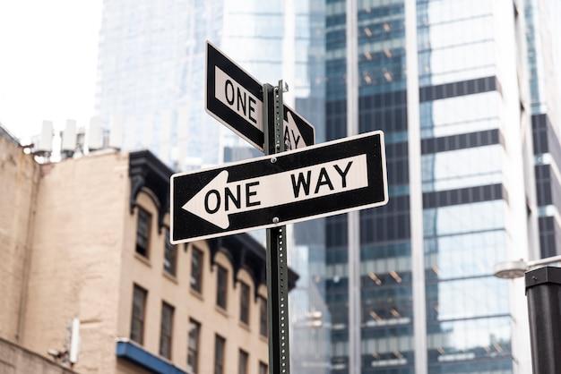 Znak drogowy w jedną stronę w mieście