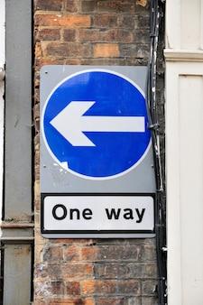 Znak drogowy w jedną stronę w wielkiej brytanii