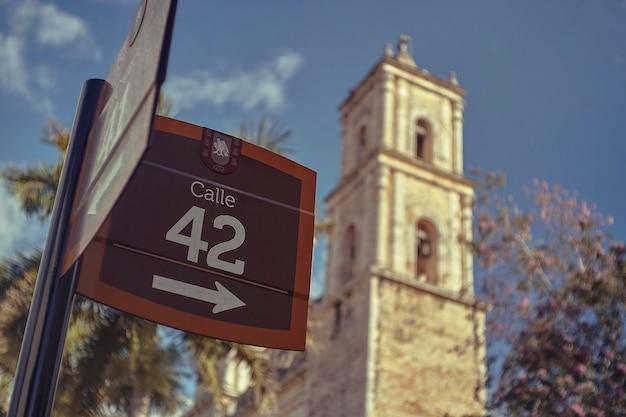 """Znak drogowy wskazuje słowa """"calle 42"""" wskazujące na trasę 42 w mieście valladolid w meksyku"""