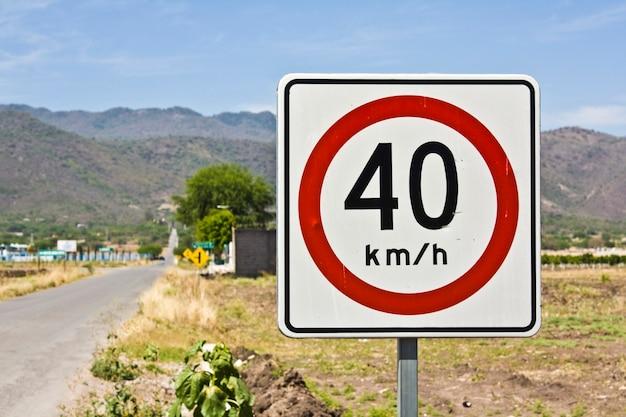 Znak drogowy z ograniczeniem prędkości na polu