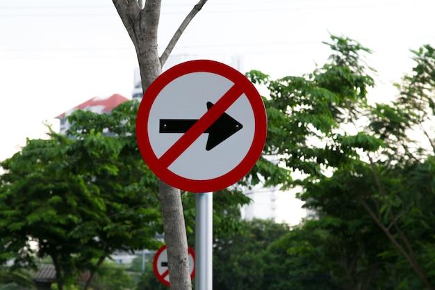 Znak drogowy zakazujący skrętu w prawo
