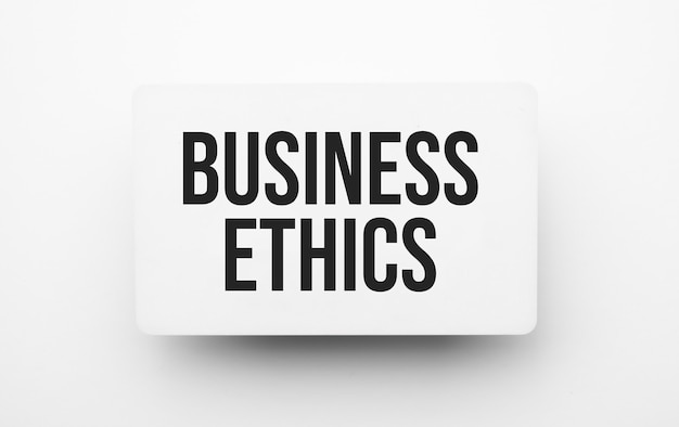 Znak etyki w biznesie na notatniku na białym tle