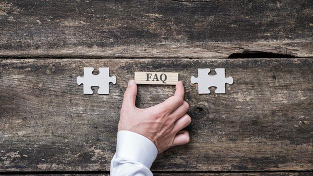Znak faq na drewnianym kołku