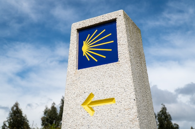Znak kamienia milowego camino de santiago