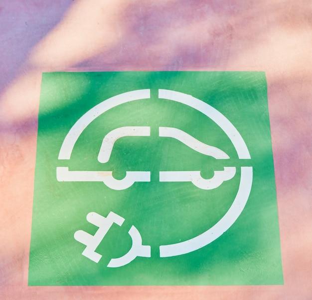 Znak ładowania samochodu elektrycznego. koncepcja czystej energii