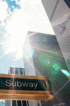 Znak metra na ulicy nowego jorku