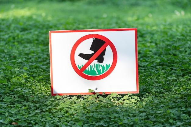 Znak nie chodź po trawnikach. nie wchodź na trawę. znak zakazujący chodzenia po trawie.