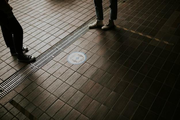 Znak odległości społecznej na dworcu kolejowym