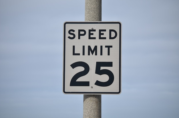 Znak ograniczenia prędkości 25 mil na godzinę