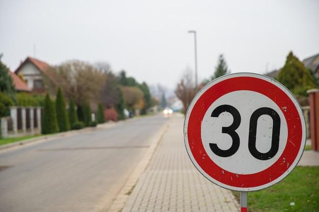 Znak ograniczenia prędkości do 30 kilometrów na godzinę w dzielnicy miasta