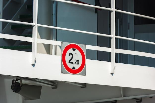 Znak ograniczenia wysokości przy wejściu na prom