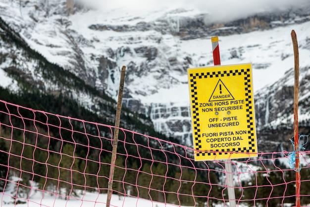 Znak ostrzega poza trasą niezabezpieczoną we francuskich górach