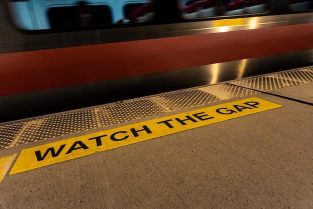 Znak ostrzegawczy na stacji metra