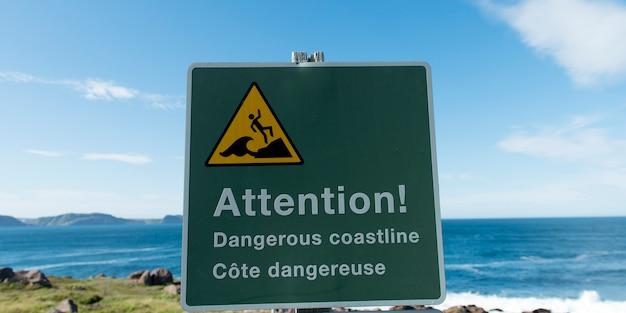 Znak ostrzegawczy na wybrzeżu, cape spear, st. john's, nowa fundlandia i labrador, kanada