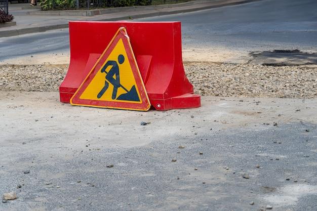 Znak ostrzegawczy naprawy dróg w toku