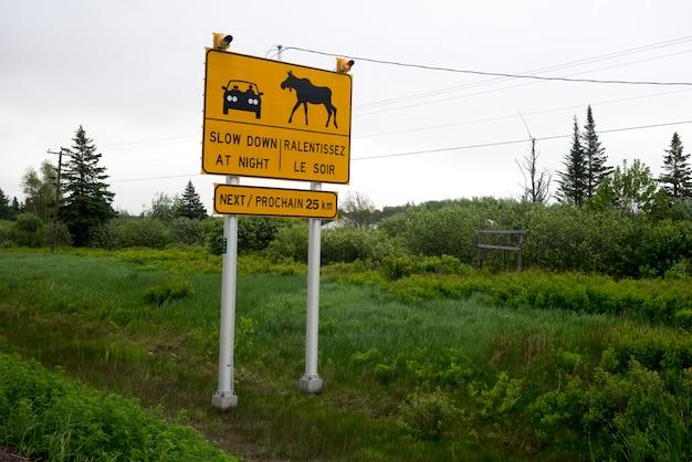Znak ostrzegawczy przy gospodarstwem rolnym, portowy elgin, nowy brunswick, kanada