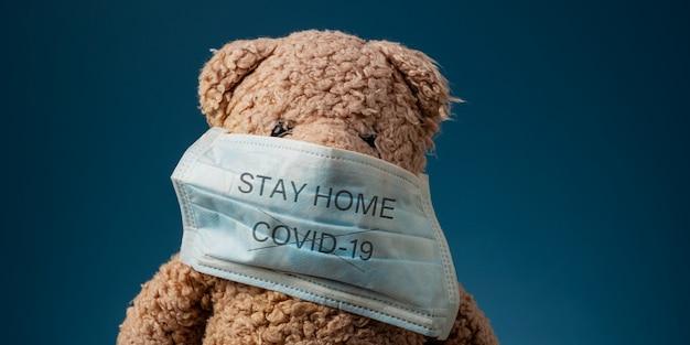 Znak ostrzegawczy stay home, aby zatrzymać wirusa covid 19