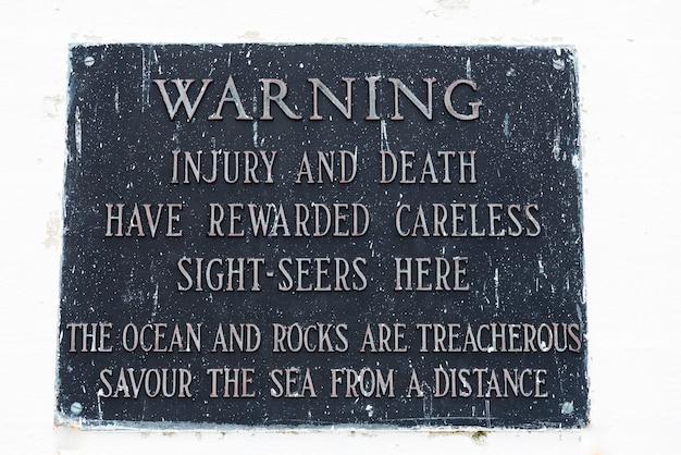 Znak ostrzegawczy w peggy's point lighthouse, peggy's cove, nowa szkocja, kanada