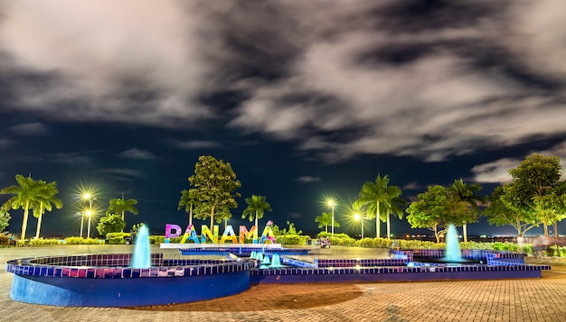 Znak panama na amador causeway w panama city, ameryka środkowa