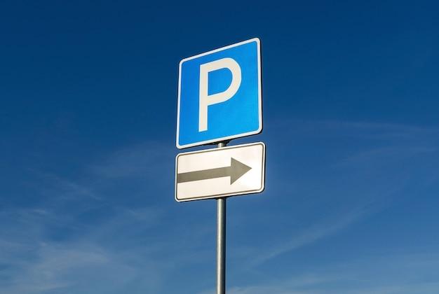 Znak parkingowy na tle błękitnego nieba