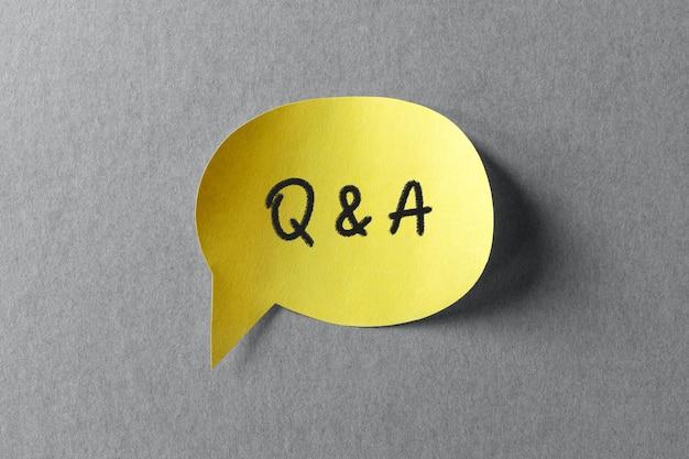 Znak pytań i odpowiedzi na żółtym dymku