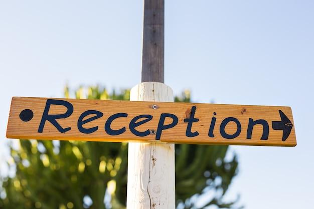 Znak recepcji w hotelu. odbiór napisów