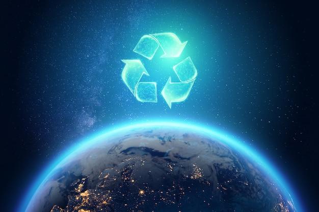 Znak recyklingu na tle kuli ziemskiej